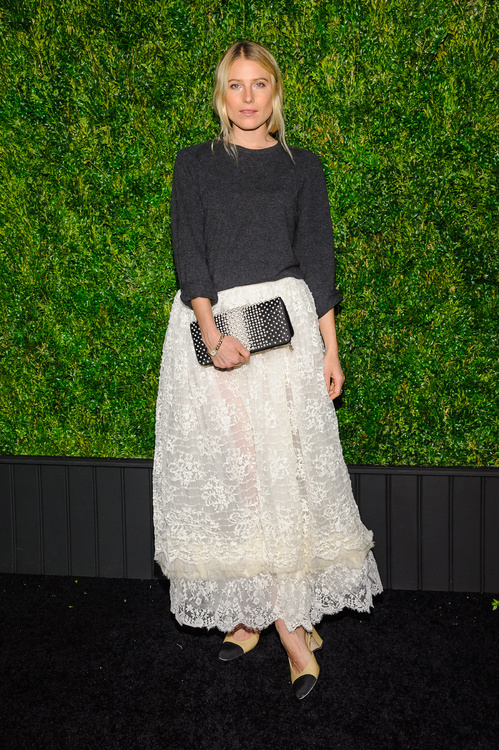 dree_hemingway_en_chanel_au_d__ner_des_artistes_de_chanel__au_festival_de_tribeca____new_york_9544.jpeg_north_499x_white